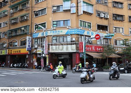 Taipei, Taiwan - December 4, 2018: Scooter Riders In Taipei, Taiwan. Taipei Is The Capital City Of T