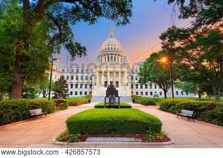 JACKSON, MISSISSIPPI - MAY 25, 2016: Mississippi State Capitol at twilight with the Monument to Women of the Confederacy dating from 1917.