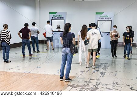 Kuala Lumpur, Malaysia, July 16, 2021: Patient Lining Up For Photograph Behind Placard With Message