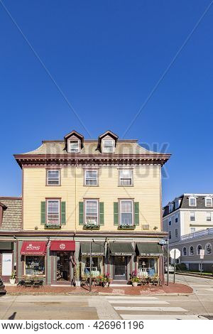 Newport, Usa - September 23, 2017:  Old Wooden Hotel At Belle Avenue In Newport, Usa.