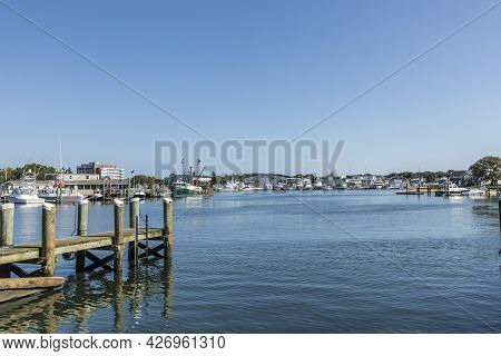 Barnstable, Usa - Sep 24, 2017: Modern Yachts And Fishing Trawlers  At The Pier In Barnstable Harbor