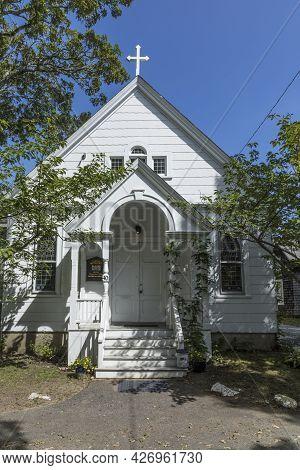 Martha's Vineyard, Usa - September 26, 2017: Wooden Church Near Gingerbread Houses On Lake Avenue, O