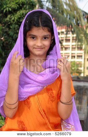 Happy Inderin lächelnd