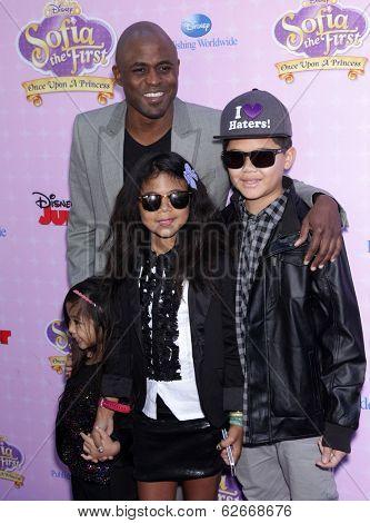 LOS ANGELES - NOV 09:  Wayne Brady & Family arrives to the