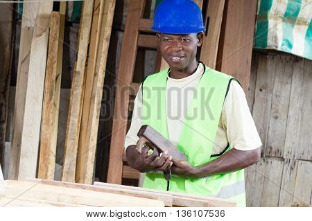 This joiner removes the wood model of the hole in the blade to his plane.