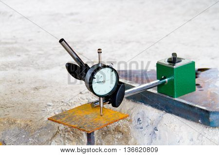 dial gauge and with Magnetic base checking on steel plates for engineer inspector or analyze