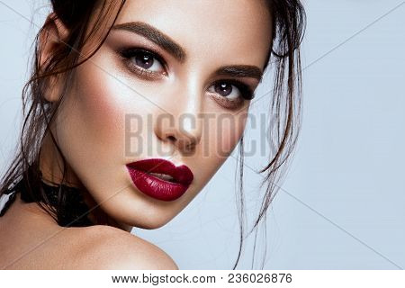 Gorgeous Young Brunette Woman Face Portrait. Beauty Model Girl With Bright Eyebrows, Perfect Make-up