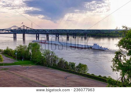 Vicksburg, Usa, 2018.04.09.: A Float Passes The Bridges Over The Mississippi River At Vicksburg In T