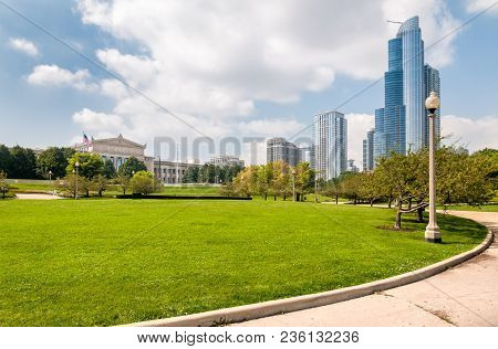 Chicago, Illinois, Usa - August 25, 2014: Urban Scene Of Chicago Downtown On A Sunny Summer Day, Ill