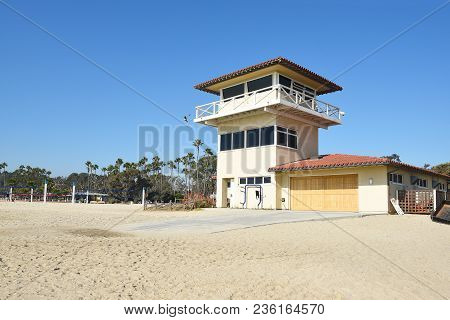 Dana Point, Ca - December 1, 2017: Doheny State Lifeguard Tower And Beach Volleyball Courts, Lifegua