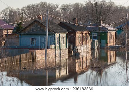 Russia, Balashov April 14, 2018. Sunken Under Water Fence Street Houses. Flooded During The Spring F