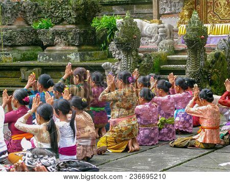 Uluwatu, Bali, Indonesia, July 2017 Group Of Balinese Went To The Temple To Pray For The Religion Ce