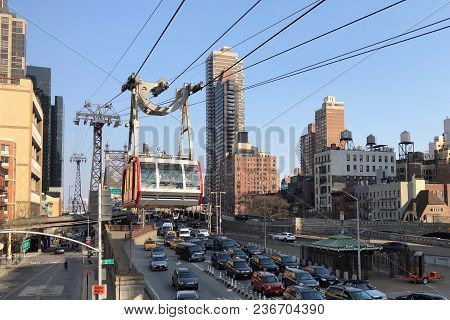 New York City, Usa - April 2018: Taking Tram From Midtown Manhattan To Roosevelt Island In New York