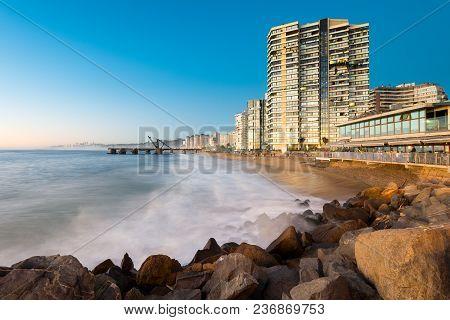 Vina Del Mar, Region De Valparaiso, Chile - August 15, 2016: View Of Acapulco Beach And Muelle Verga