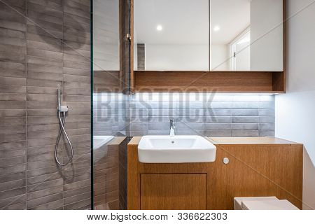 contemporary en suite bathroom with three piece suite and wooden elements