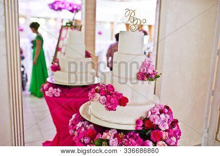 Beautiful Wedding Set Decoration In The Restaurant. Chic Wedding Cake.