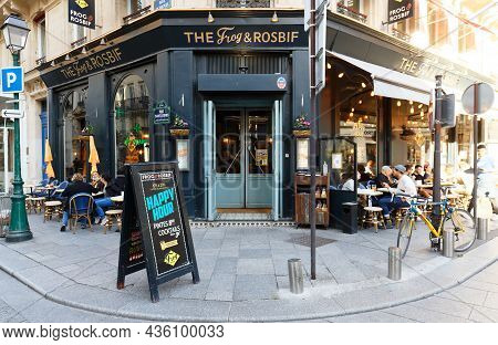 Paris, France-october 07, 2021 : The Frog And Rosbif Is A Popular English Pub . It Is A Famous Live