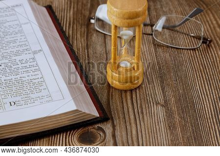 10 Ocober 2021 New York Time Usa: Time Is Running Out Wih Hourglass And Open Bible Symbolizing The E