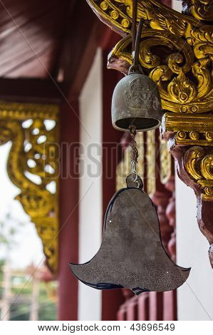 Campana de bronce en el templo