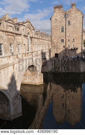 Bath, United Kingdom - November 2, 2017: Bath Old Town, Vertical Photo With The 18th Century Pultene