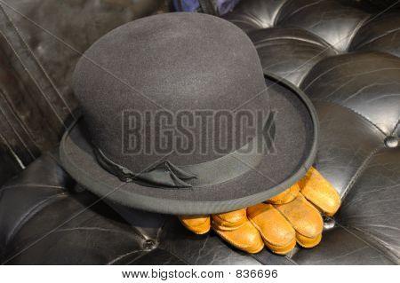 Bowler-Hut und Handschuhe