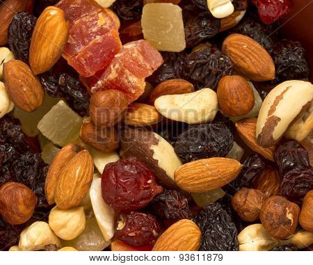 Easy and healthy snack: nuts and dried fruits