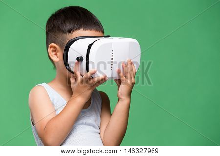Little son experience though virtual reality device