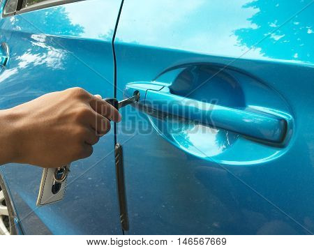 use hand open car door by car key