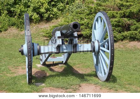 A cannon sits in grass on Mackinac Island