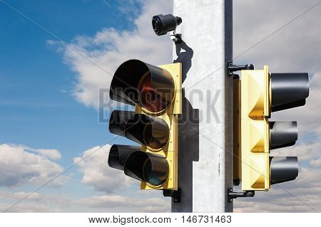 Traffic light with buzzer for walkway of the blind.