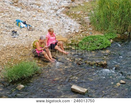 Pilgrims Refresh Their Feet  At The Roman Bridge In The Cold Water Of The Caudiel River - Lorca, Mur