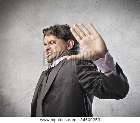 angewidert Geschäftsmann immer etwas mit der hand