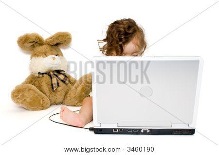 Baby Girl arbeiten mit Laptop, isoliert