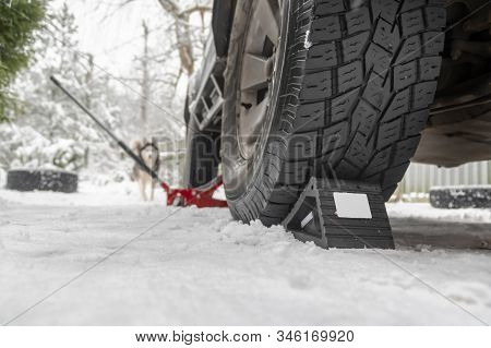Rubber Wheel Chock, Compact Anti-rollback Stop Under The Wheel Of The Car On The Snow. Wheel Chocks