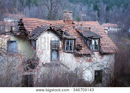 Old House Home Decor For Renovation. Rustic Abandoned House For Renovation. Abandoned Old House. Rus