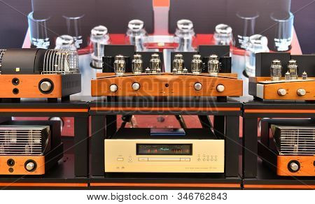 Midrange Hifi System With The Amplifier
