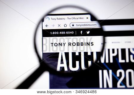 Los Angeles, California, Usa - 25 January 2020: Tony Robbins Website Page. Tonyrobbins.com Logo On D