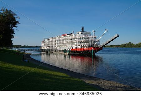 Kennewick, Washington/usa - August 16, 2017: A Beautiful Old Paddleboat Is Docked Along A River Fron