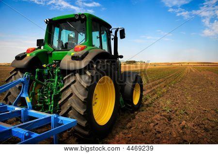 De trekker - moderne landbouwmachines In veld