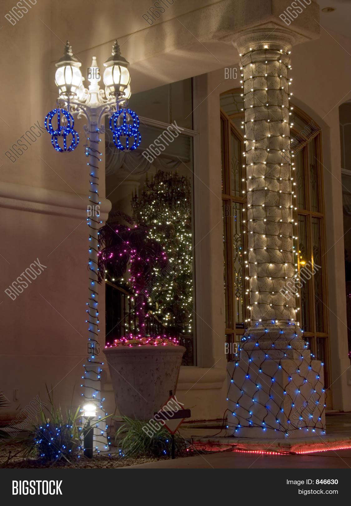 Imagen y foto navidad decorada prueba gratis bigstock for Puertas decoradas con guirnaldas