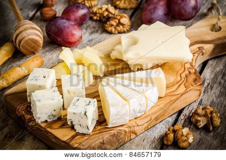 Mix Cheese: Emmental, Camembert, Parmesan, Blue Cheese, Blue Cheese, With Walnuts And Grape