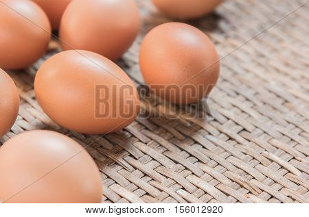 Egg on the Weave threshing basket .