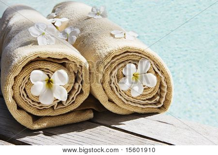 Towels decorated with tropical flowers near the swimmingpool