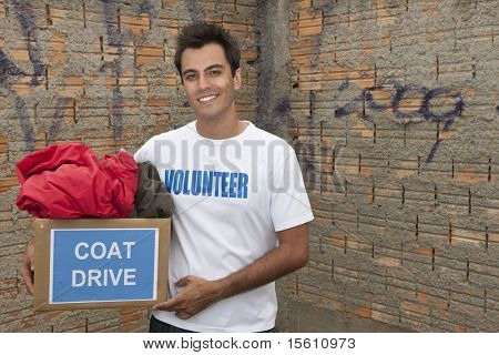 feliz voluntarios hispanos con caja de donación de la impulsión de capa