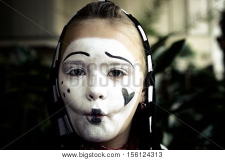 Pretty Girl in the form of mime actor