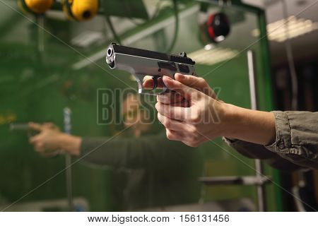 Relax on the shooting, a woman shot with a Glock.