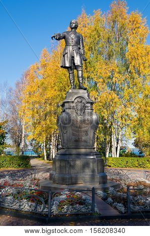 Peter the Great, the founder of Petrozavodsk. Monument stands on the Onezhskaya Embankment, near the port. Autumn leaves reinforce a sense of the greatness of the Reformer's figure. Retouched version