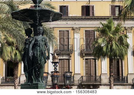 Barcelona (Catalunya Spain): Plaza Real (Placa Reial Royal Square) near the ramblas. Fountain