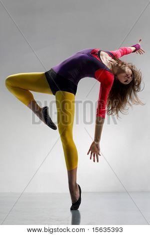 jonge mooie vrouw dansen jazz moderne dans