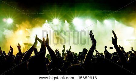 Silhouetten von Konzert Menge an hellen Stage lights